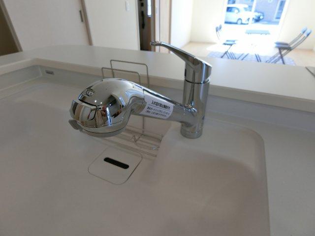 キッチンの浄水器は蛇口の先端に浄水器を内蔵している造り。場所を取りません。