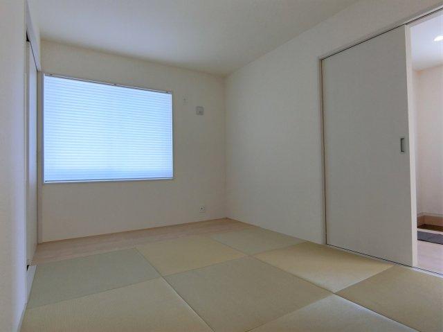 6畳の洋風和室。玄関からもリビングからも出入りできる造り。押し入れも便利♪窓にはプリーツカーテン付。