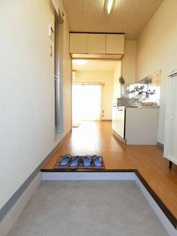 玄関から室内への景観です!キッチンの奥に洋室5.6帖のお部屋があります♪