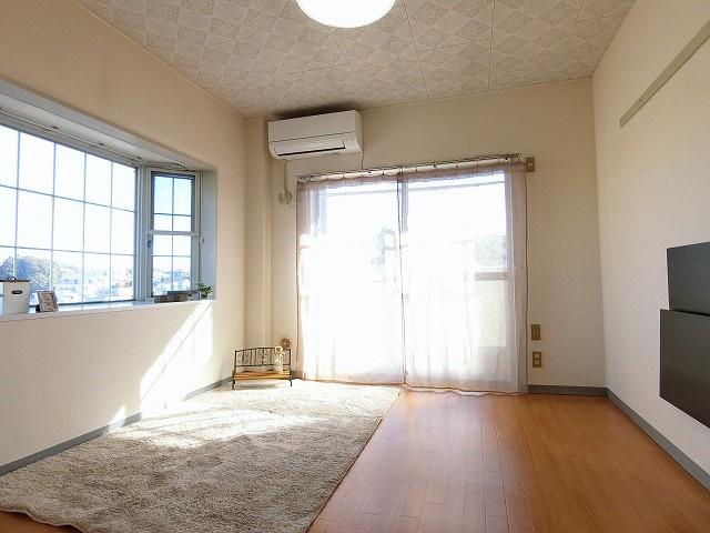 バルコニーに繋がる南西向き角部屋二面採光洋室5.6帖のお部屋です!エアコン付きで1年中快適に過ごせますね☆出窓には小物を置いたりして楽しめます☆