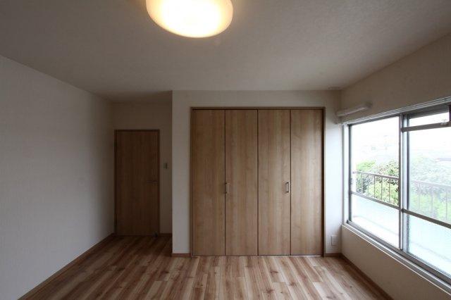 全室収納付きでお洋服やお荷物もスッキリ片付きます。壁・天井・床全面張替えされ、新生活を気持ちよくスタート出来る、綺麗な室内ですよ。ぜひいつでもご内見下さいね♪