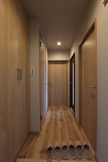 優しい木目調の内装で、ほっと落ち着く穏やかな室内です。 大容量のシューズボックスが表標準装備で1年分の履物もスッキリ片付きそう♪