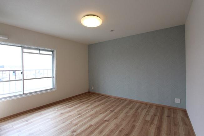 洋室8.2帖は北側なので朝ゆっくりと過ごしたい方におすすめです。 広さもあるので大きなベッドや2つ並べてベッドを配置してもゆとりがありますよ。