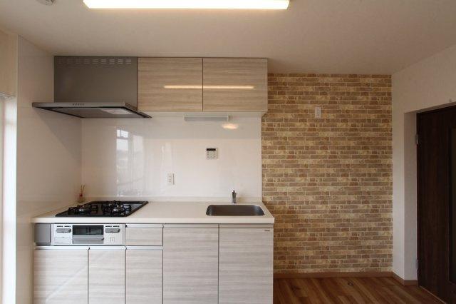 家事の負担を減らす食洗機付きのシステムキッチンに交換され、新生活にぴったりの綺麗なキッチンです。お料理を並行して作りやすい3口コンロで都市ガスエリア、お財布にも優しいですね。