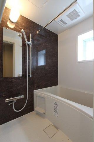 シックで落ち着きのあるバスルームは追い焚き機能付き。お風呂に入る時間がバラバラでも温かな湯船でリラックス出来ますよ。浴室乾燥機も付いているのでこもりがちな湿気も残りにくいですよ。