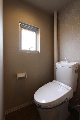 要望の多い温水洗浄便座付きで快適にご利用いただけます。 夏場は暑くなりがちなトイレも窓があるので新鮮な風がそよぎます。