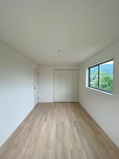 2階には3部屋の洋室がございます。 こちらは、8帖の広々した洋室ですので、主寝室にもピッタリです。