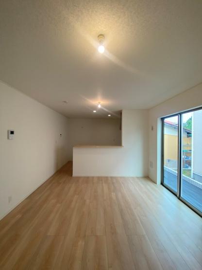 家具選びが楽しくなりそうな、すっきりとしたリビング空間です。  家族が自然と集まってくるような、憩いの場所になりそうですね。