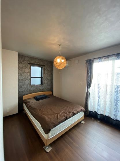 綺麗にお使いいただいている室内。2面採光の居室は、風通し陽当り良く暖かな住環境です。照明器具やカーテン付きで引っ越し後すぐにお住みいただける設備が揃っています。