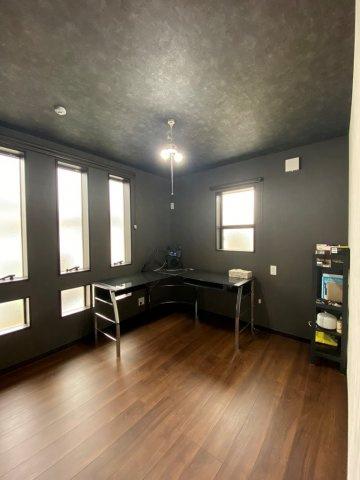 書斎や在宅ワークにもおすすめのスタイリッシュな居室。たくさんの窓が備わっている明るい室内になっております!男性が気に入りそうなかっこいいお部屋です。