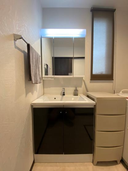 髪の毛のセットや身支度に便利な三面鏡◎鏡裏や下と収納力も高く、水回りがすっきり片付き綺麗な状態が保てますね。こもりがちな洗面所も換気ができ、明るい日差しも取り入れる窓が備わっています♪