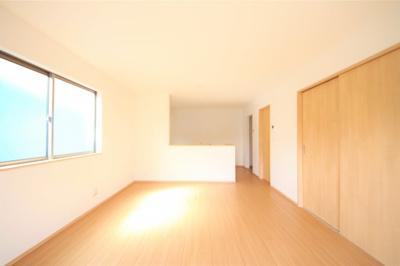 二面採光の明るいリビング 全室フローリング仕様