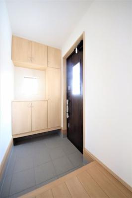 窓付きの明るい玄関