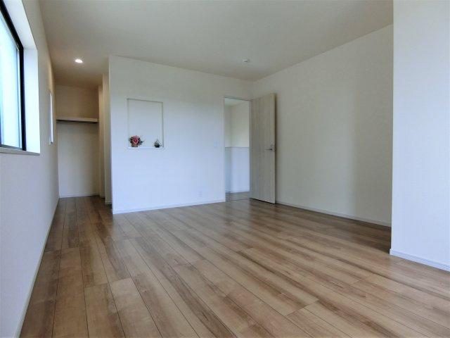 2階8.5帖の洋室です。2方向に窓がある明るく過ごしやすいお部屋です。