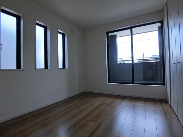 2階6帖の洋室(南側)です。