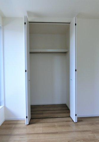 2階6帖の洋室(南側)のクローゼットです。全てのお部屋に収納があります。