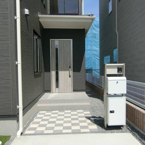 玄関アプローチです。独立型ポスト、宅配ボックス、TVモニター付きインターホン設置。外水栓は庭に設置。