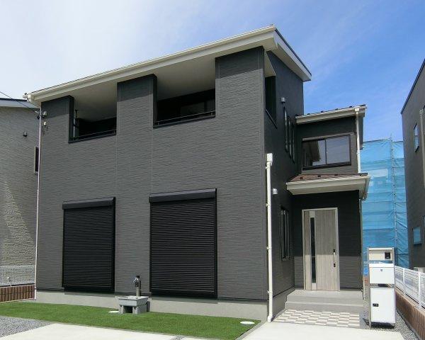 2号棟。濃グレー系の外壁サイディングでまとめたシンプルモダンな外観です。