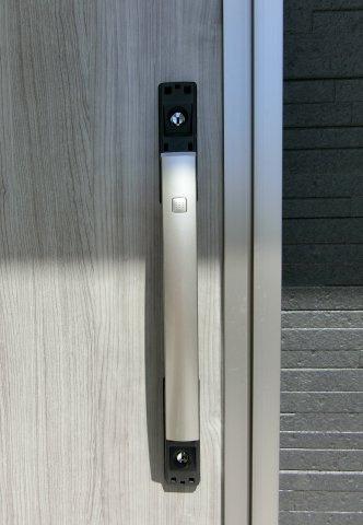 玄関ドアはICチップ内蔵のスマートコントロールKey採用。カード/シールで鍵の開け閉めができます。