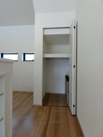 キッチン横の物入です。キッチンには床下収納もあってストック品の保管に困りません。