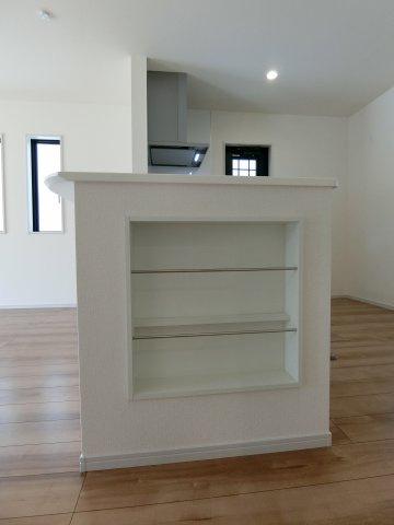 キッチンカウンター横には収納にもディスプレイにも使える棚があります。