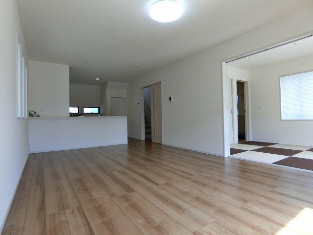 18.17帖のLDKです。6畳の和室とも隣り合って開放的で過ごしやすいスペースです。