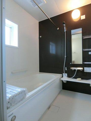 1坪タイプの浴室です。足を伸ばしてゆったり入浴できます。浴室乾燥機付きです。