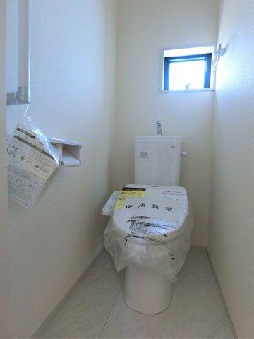 トイレは1,2階両方にあります。2か所あると忙しいときも夜間のトイレも安心ですね。手すり付きです。