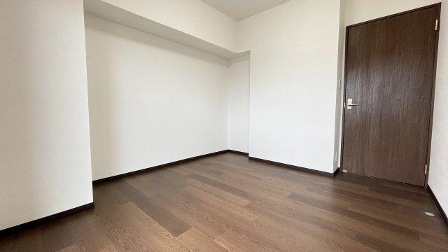 玄関横6帖間は壁のくぼみ部分を収納スペースにできそう