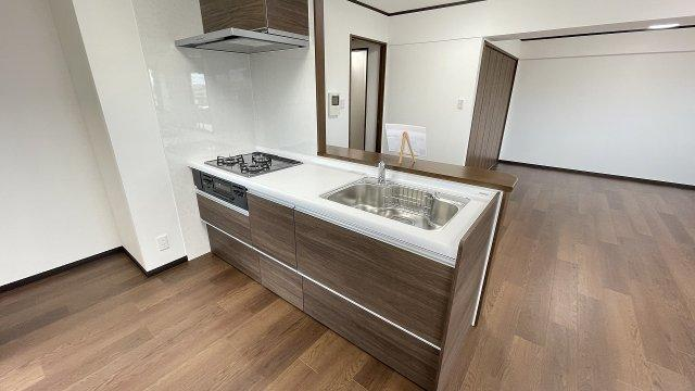 壁のないオープンなカウンターキッチンなのでリビングが一層広く