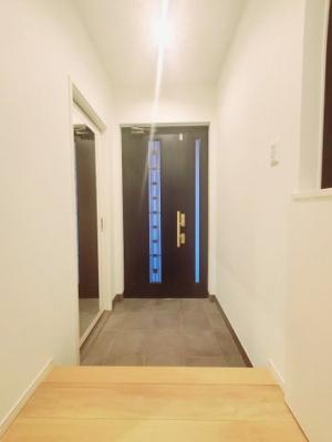 玄関の写真です♪ 左手側にシューズインクローゼットがございます♪