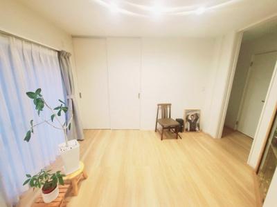 LDK横にございます約5.1帖の洋室です♪ しっかりとした収納スペースもございますよ♪