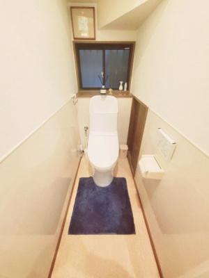 1階トイレの写真です♪ 階段下トイレですが天井も低くなく問題なく使用できますね♪