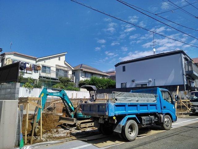 古屋が解体され更地になり区割が出来ています。