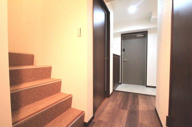 玄関は、広さを感じられるようにシューズボックスをあえて小さめにしています。 追加で棚をとりつけたりするのもいいですね!