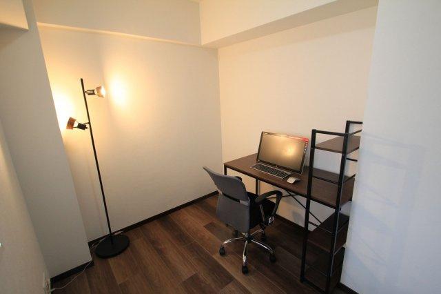 玄関横のお部屋はコンパクトでシンプルなので、ワーキングスペースとしても使えそうです