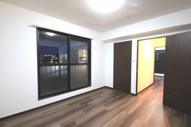 5階にある2部屋の洋室はルーフバルコニーに面しているため、景色が広く見えて開放感抜群です!