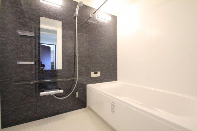 シックな色調の広々としたバスルームで一日の疲れもサッパリ洗い流せます!浴槽は足を伸ばしてゆったりおくつろぎ頂けます♪