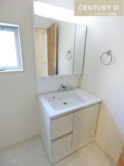 洗面所(同仕様) シャワー付きの三面鏡化粧台で朝の身支度も短縮できそうですね。
