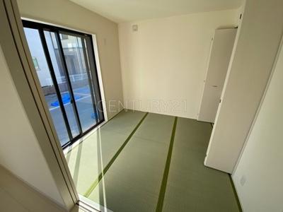 和室はLDKと続き間で開放感があります。 引き戸で簡単に仕切れますので状況に合わせた使い方ができます。