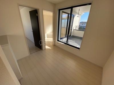 開放感のある二階ホールです。 バルコニーに出られますので洗濯物を干すときに便利。