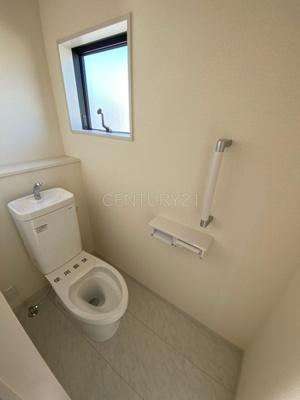 2階トイレです。 温水シャワー洗浄機能と手摺り付きです。