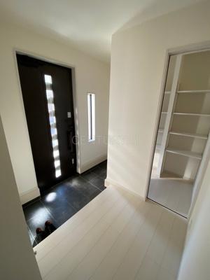 玄関横に土間収納付き。 沢山の収納が可能です。
