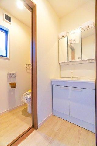 トイレにはしっかりとした独立洗面台がついています。 多機能の使いやすいトイレ!