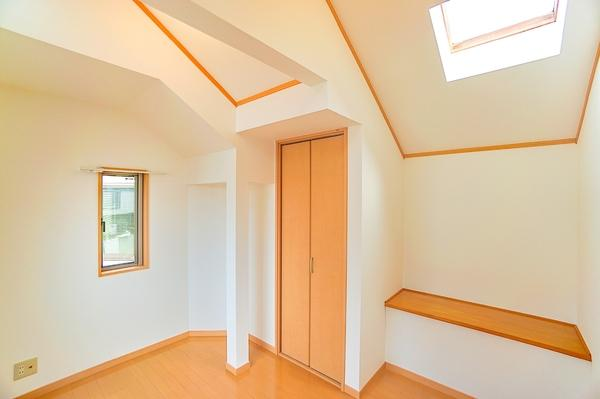 勾配天井で開放的な洋室になります。 トップライトから明るい光が差し込みます!