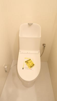白を基調としたカラーリングで清潔感が漂います♪トイレ上部には収納設置しています。トイレのお掃除用品や、トイレットペーパーの収納にも役立ちますね♪ボタンもたくさんの最新設備なトイレ。