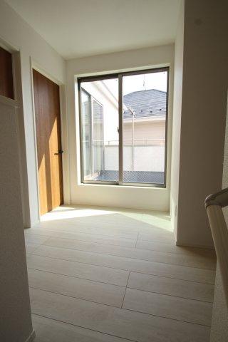 2階へ階段を上がると、広いフリースペースがあります♪こちらを通ってバルコニーへ洗濯物を干す事ができます