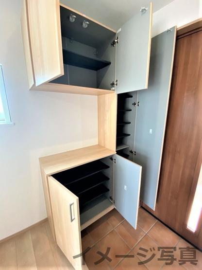 シューズボックス。大容量の靴を収納可。常に玄関がスッキリ♪樹脂製の棚板は水洗い出来てお手入れ簡単。
