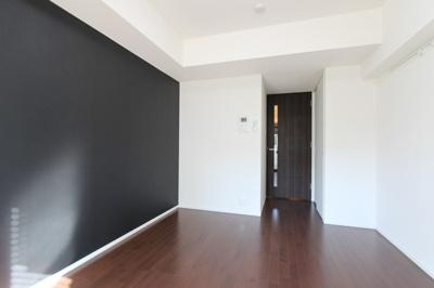 落ち着いた色の床材を使用したお部屋です