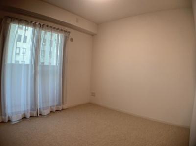 約5.1帖の洋室です。